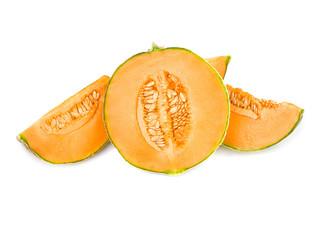 melon charentais découpé et isolé sur fond blanc