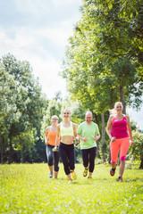 Familie mit Personal Fitness Trainer beim Laufen