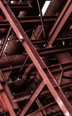 Stahlskelett mit Rohrleitungen