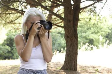 chica joven con cámara de fotos