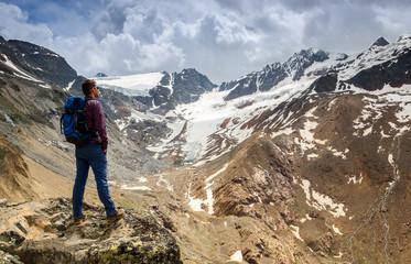 Hiker looking at a glacier in south tyrol / Wanderer mit Gletscherblick in Südtirol