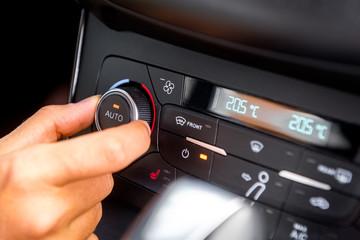 Klimaanlage in einem PKW bedienen