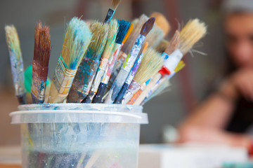 The old, used artist's brushes stand in the bank.