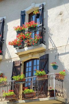 Façade et fenêtres fleuries, Ardèche, France