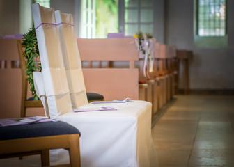 Hochzeitsstühle in einer Kirche