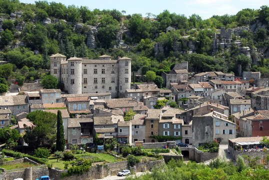 Ville de Vogüe et son château, département de l'Ardèche, France