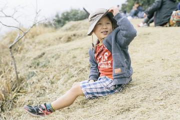 草原で休む男の子