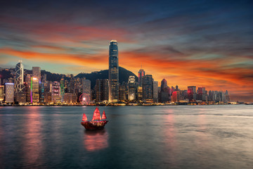 Spoed Fotobehang Aziatische Plekken Blick auf den Victoria Harbour und die beleuchtete Skyline von Hong Kong nach Sonnenuntergang