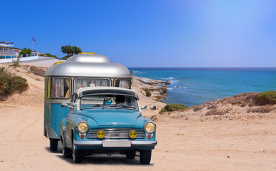 oldtimer mit wohnwagen am strand von griechenland