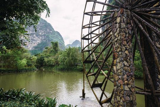 Old waterwheel on Quây Son river