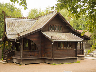 Casa típica escandinava de madera , enmedio de un parque verde con árboles, en Oslo, Noruega, verano de 2017