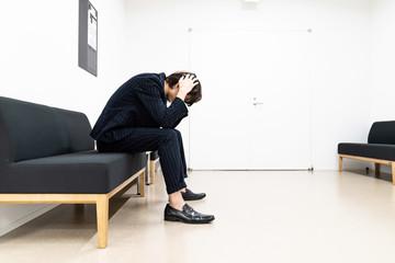 待合室の男性