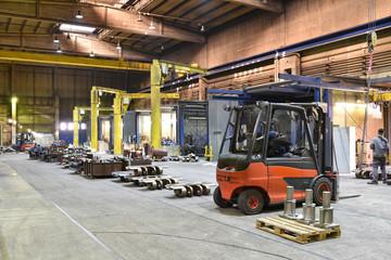 Industriehalle mit Maschinen und Arbeitern - Herstellung von Gussteilen und Bearbeitung // Industrial hall with machines and workers - production of castings and machining