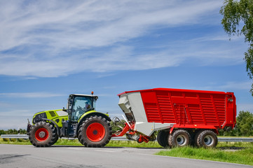 Gefährliche Erntezeit - große Landmaschinen auf der Straße