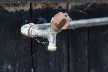 Ein verstaubter Wasserhahn/ Trinkwasser ist knapp