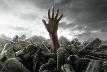 Person versinkt im Plastikmüll