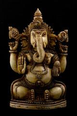 Fotografía de estudio en clave baja de una figura de Ganesha (Dios Indú)