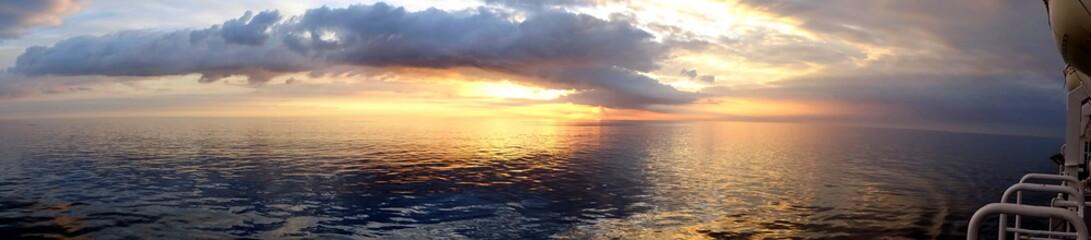 Sonne versinkt im Ozean