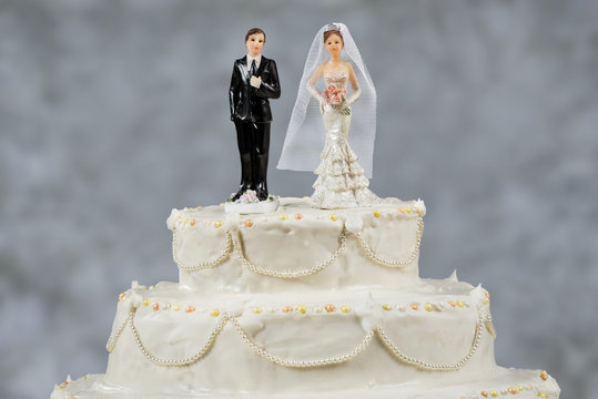 Figurines of the bride and groom on a wedding cake