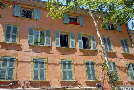 Façade colorée à volets verts et mur rose, ville de Salon de Provence, département des Bouches-du-Rhône, France