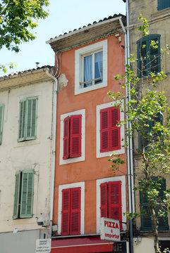 Façades et volets colorés rouges et verts, ville de Salon de Provence, département des Bouches-du-Rhône, France
