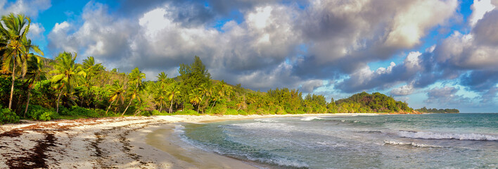 Tropischer Strand auf Praslin, Seychellen.