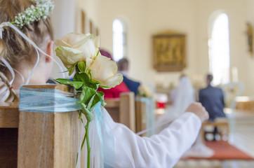 Blumenmädchen in Kirche - Hochzeit - Trauung