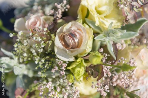 Blumenstrauss Mit Hochzeitsringen Stockfotos Und Lizenzfreie Bilder