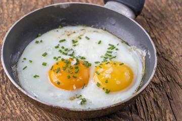 Nahaufnahme von einem Ei in einer Pfanne