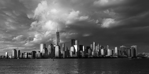 Fototapete - JUNE 4, 2018 - NEW YORK, NEW YORK, USA  - New York City Spectacular Sunset fin black and white focuses on One World Trade Tower, Freedom Tower, NY