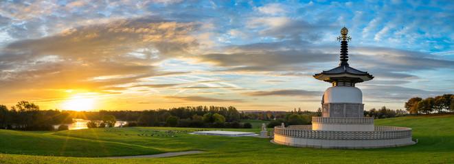 Panorama of Peace Pagoda temple at sunrise in Willen Park, Milton Keynes, UK Fototapete