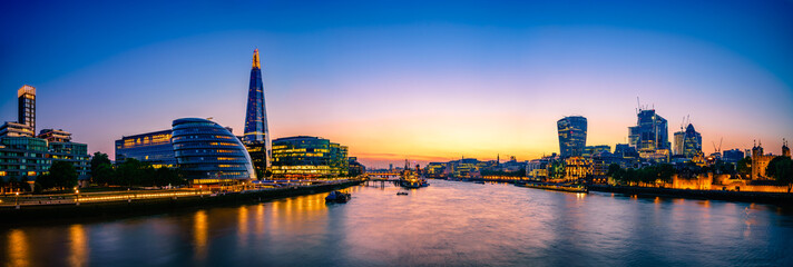 Photo sur Plexiglas Londres London Cityscape panorama at sunset, seen from Tower Bridge