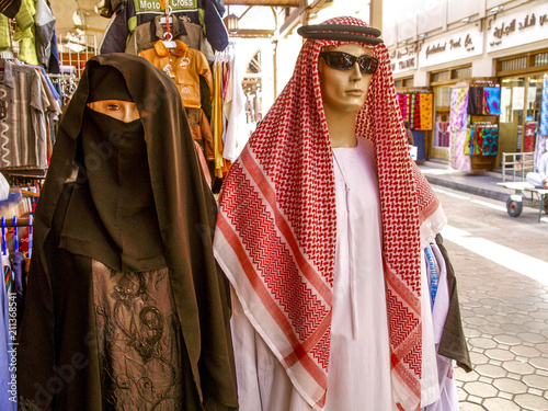 Dubai, manikins with sheik clothes and Muslim womens clothes, Un