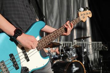 guitarra eléctrica bajo azul concierto  4M0A6958-f18