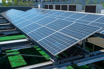 ビル屋上の太陽光発電パネル1