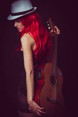 Musicienne aux cheveux rouge