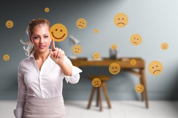 junge Frau wählt lächelnden Smiley vor Home Office Arbeitsplatz