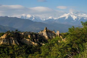Paysage du Belvédère avec les Orgues D'Ille-sur-Têt (amphithéâtre minéral, sculpté par la Têt) avec au fond de la montagne du Canigou dans le département des Pyrénées-Orientales, en région Occitanie.