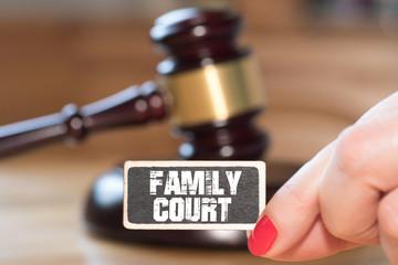 Ein Richterhammer, eine Frau und Familiengericht