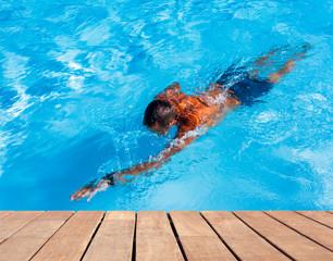 piscine bleue avec plage en bois