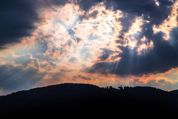 Abendrot und Sonnenstrahlen über Berge, Himmel