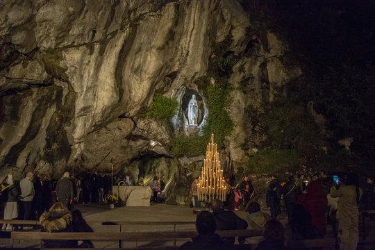 peregrinos ante la cueva del Santuario de Lourdes  en Francia