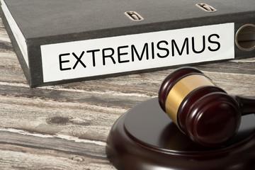 Ein Richterhammer und ein Ordner mit dem Aufdruck Extremismus