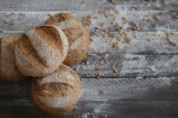 palloncini di pane su uno sfondo di legno