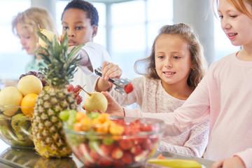Kinder holen sich Obst am Büffet