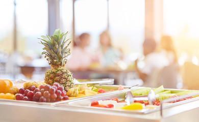 Frisches Obst zur Auswahl in Cafeteria einer Schule