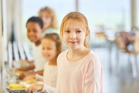 Mädchen und andere Kinder am Büffet