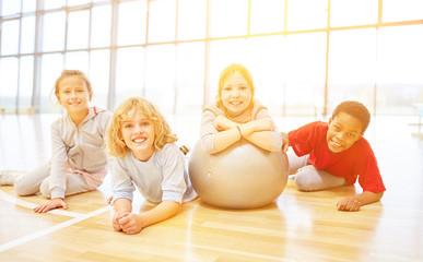 Gruppe Kinder mit Ball im Sportunterricht