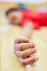 Kind liegt erschöpft in der Turnhalle