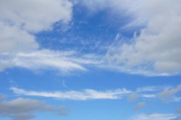 schönes Wetter: blauer Himmel mit Wölkchen